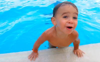 Cosa usare al mare o in piscina con bambini piccoli: salvagenti, braccioli, tubi o magic air belt?