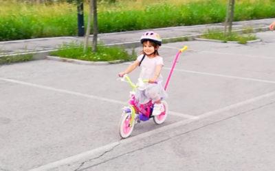 Come insegnare ai bambini ad andare in bicicletta senza rotelle sin da piccoli